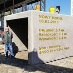 Szef firmy prezentuje garaż monolityczny