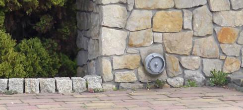 Zamontowana w ogrodzeniu szybkozłączka do opróźniania szamba bez wjazdu na posesję.