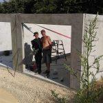 Pracownicy podczas montażu ścian garaży betonowych