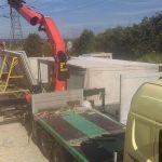 Ustawianie ścian garaży betonowych dżwigiem HDS