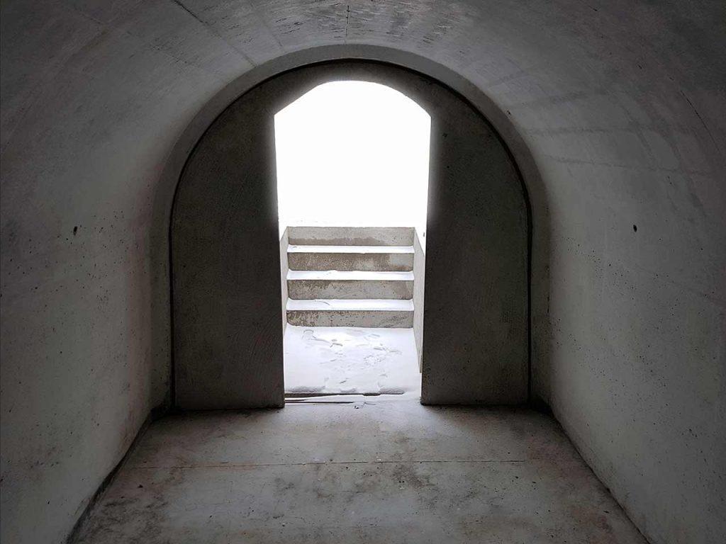Wnętrze piwniczki ogrodowej - wnętrze ziemianki ogrodowej.