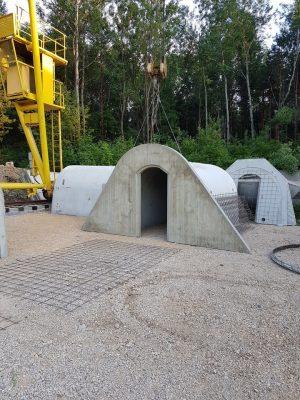 Wejście do piwniczki ogrodowej. Ziemianka betonowa.