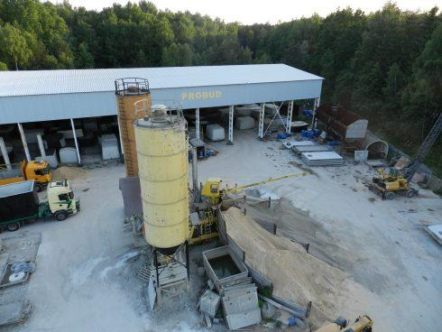 Proces powstawania gotowej piwniczki betonowej.