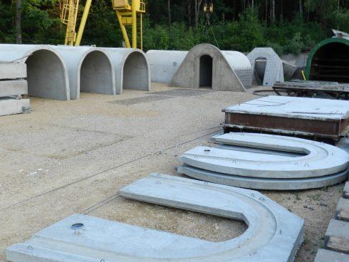Betonowe piwniczki ogrodowe gotowe do montażu.