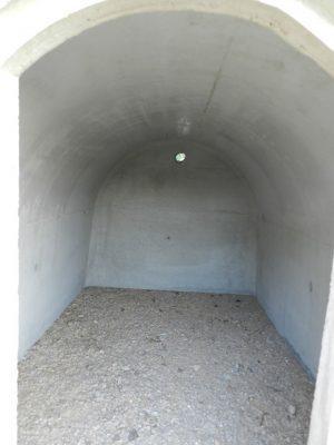 Wnętrze ziemianki betonowej. Piwnica w ziemi w ogrodzie.